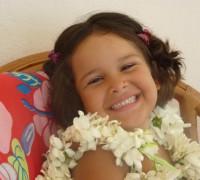 Ma fille avec des colliers de fleurs foutouniens